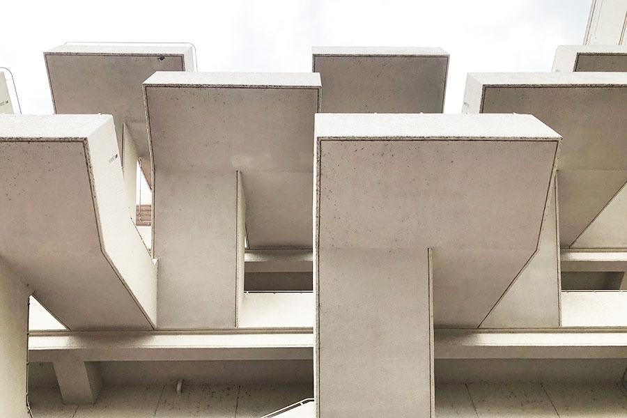 巨匠・菊竹清訓氏の設計は階段も象徴的