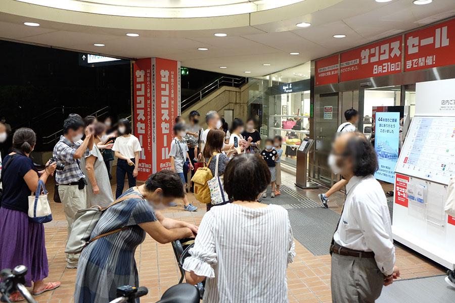 老若男女が、正面玄関前や店内インフォメーションブースで記念写真を撮影していた