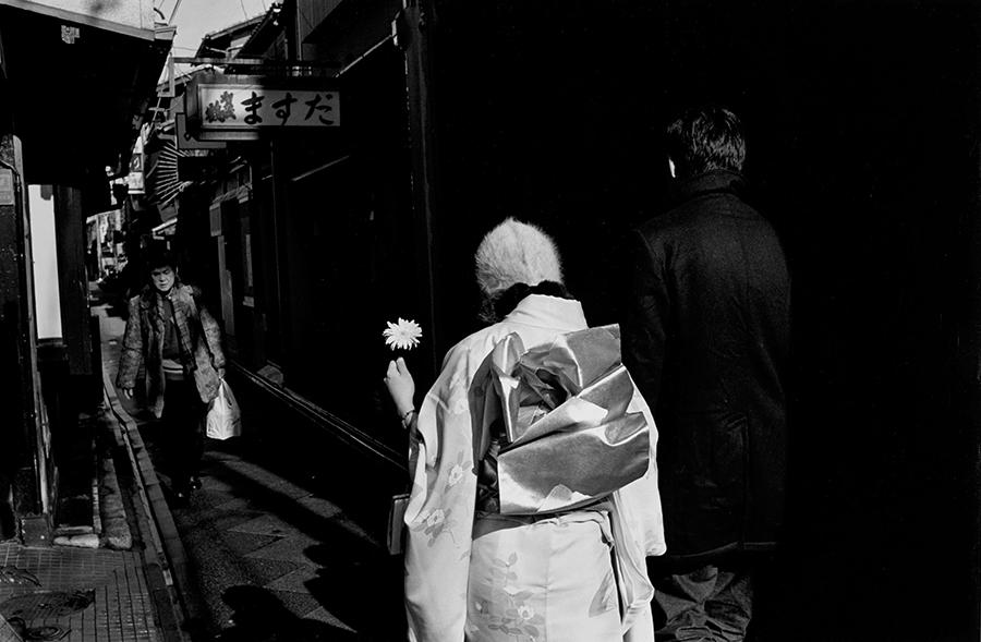 「5,000,000歩の京都」より《男「平安神宮行ってみよか」中京区 1995.01.01》