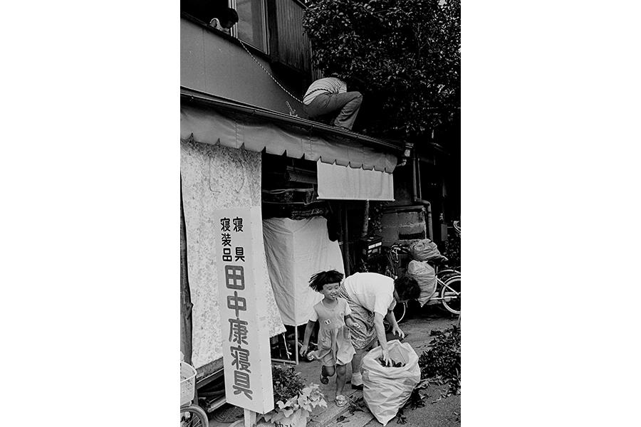 「5,000,000歩の京都」より《命綱のつもりらしい 伏見区 1994.09.17》