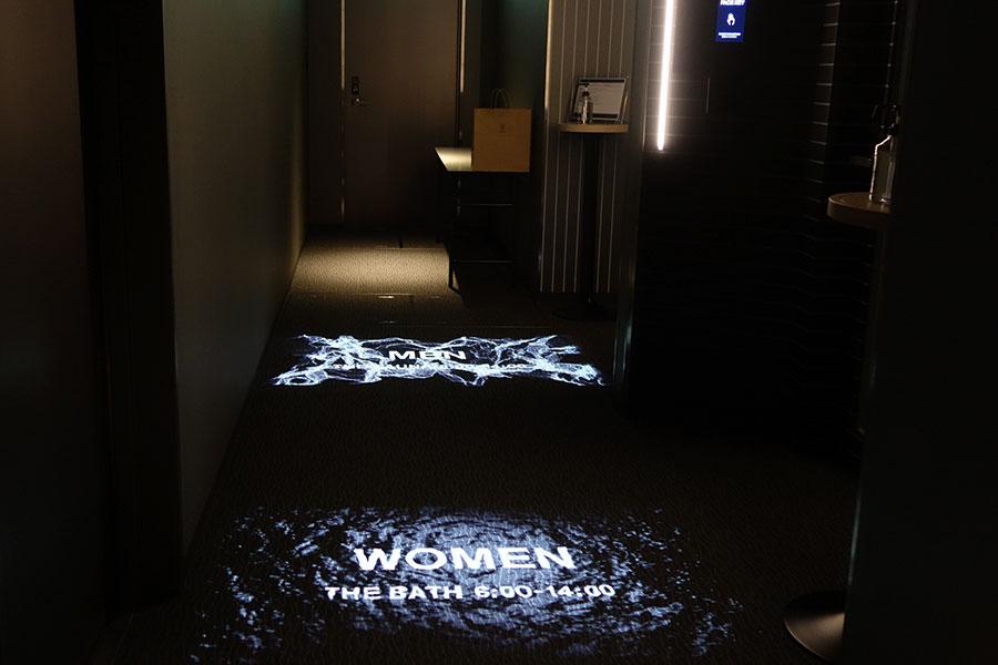 「THE BATH」「THE SAUNA」の入口前には、映像で利用時間を表記(男女の利用可能時間は日によって異なる)