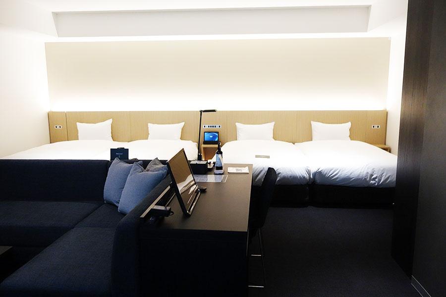 4人で宿泊できる4BEDS。こちらはプロジェクースクリーンで映像コンテンツを楽しむことができる