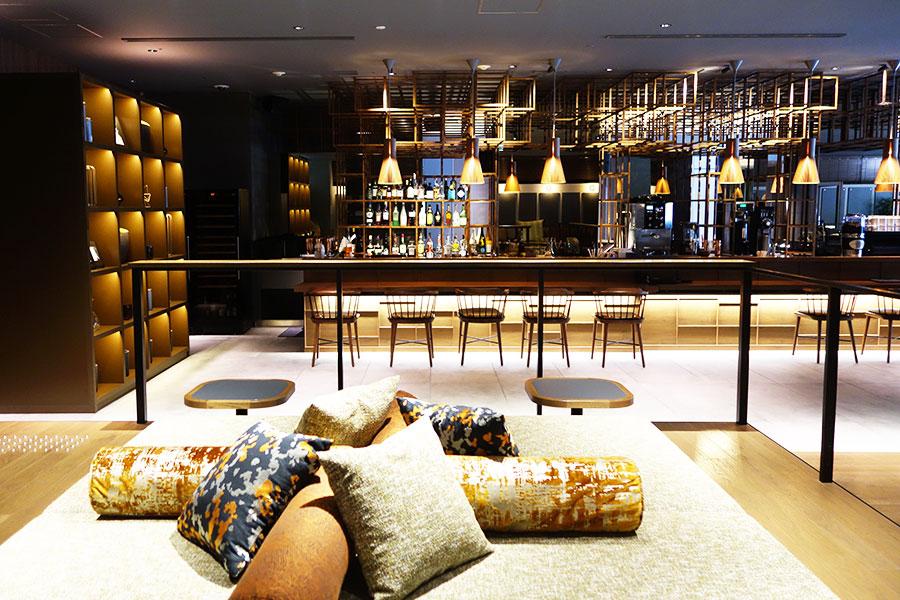 ラウンジ「THE TASTE」では、カフェ、バー、モーニング、バーとして朝8時から深夜1時まで利用可(メニューは時間帯により異なる)