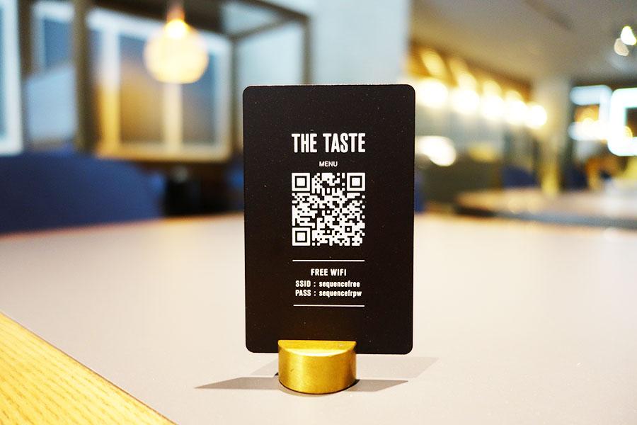 ラウンジ「THE TASTE」にはメニューがなく、QRコードで読み込むスタイルに
