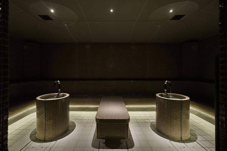 ヒノキのアロマが香るスチームサウナが楽しめるTHE SAUNA。座って楽しめる岩盤浴の「ホットストーン」も