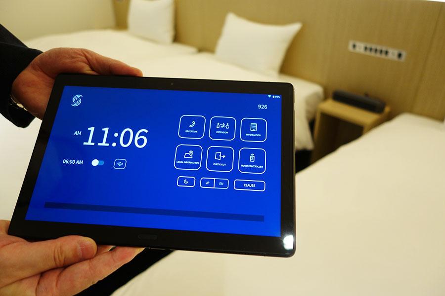 部屋の調光、空調などのほか、電話、施設の案内などもすべてタブレットで