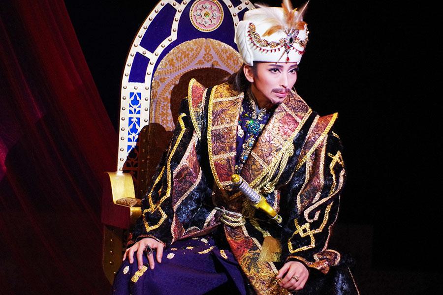 精悍な王で色気放つ、宝塚宙組・桜木みなと主演作開幕