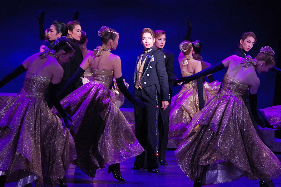 フィナーレはダンスの名手・和希そらがメインの男役群舞から始まり、大人ワイルドな魅力をふりまく