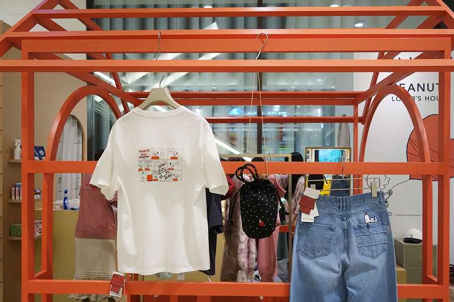 1階は「SNIDEL」のTシャツをはじめファッションアイテムがそろう