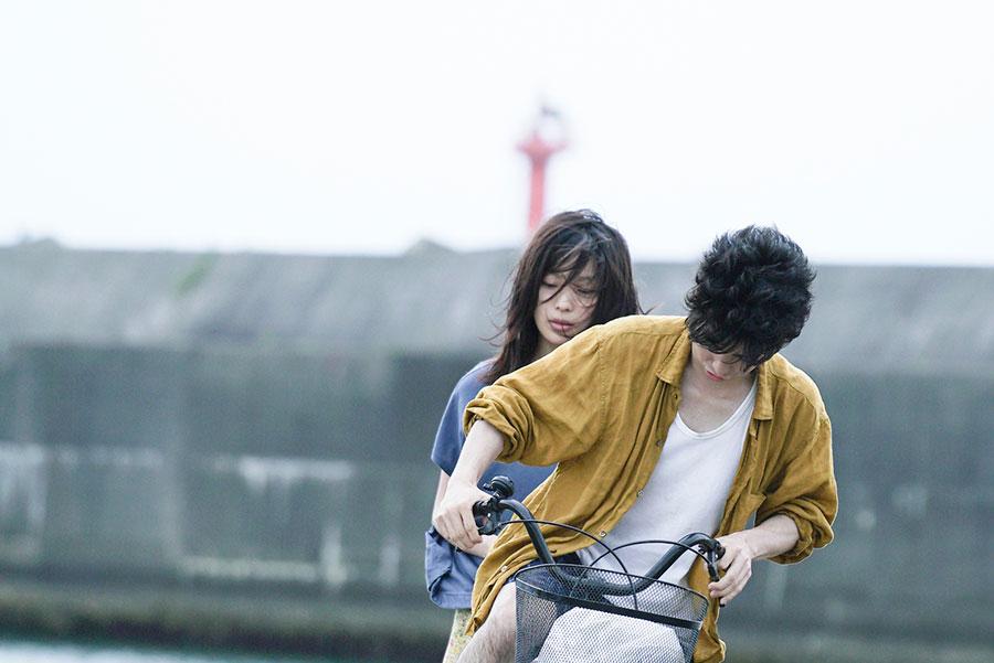 ある事件をきっかけに逃亡する岩松翔太(村上虹郎)、山下タカラ(芋生悠)© 2020ソワレフィルムパートナーズ