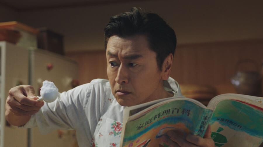「SOMPOホールディングス」のCMより、料理に挑戦する桑田佳祐