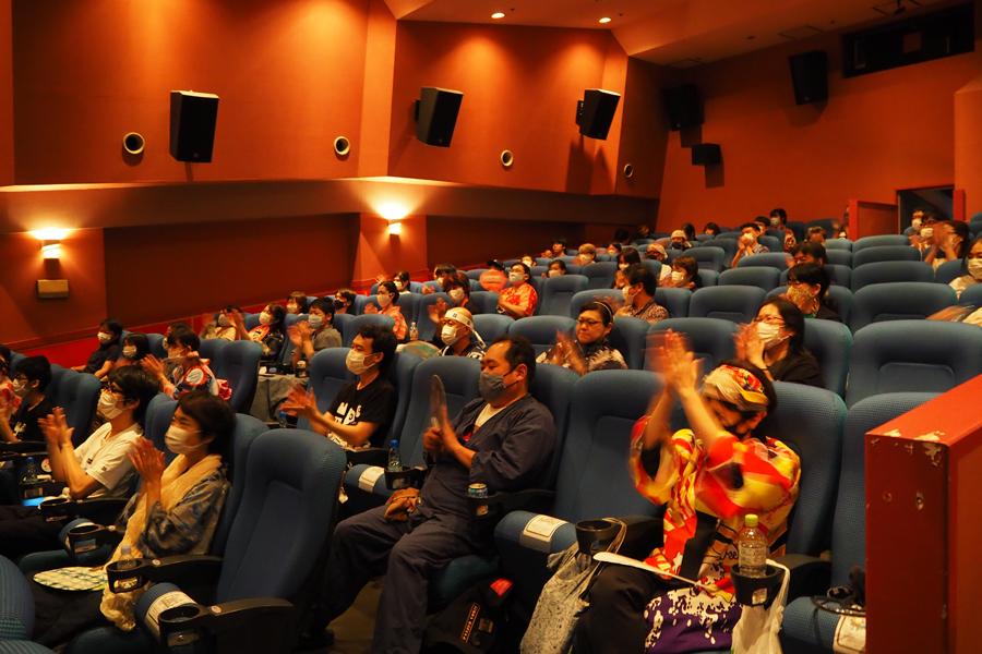 上映後、拍手する観客ら。上映中は作品内の観客の拍手と、客席の拍手が重なり、盛り上がりをみせた