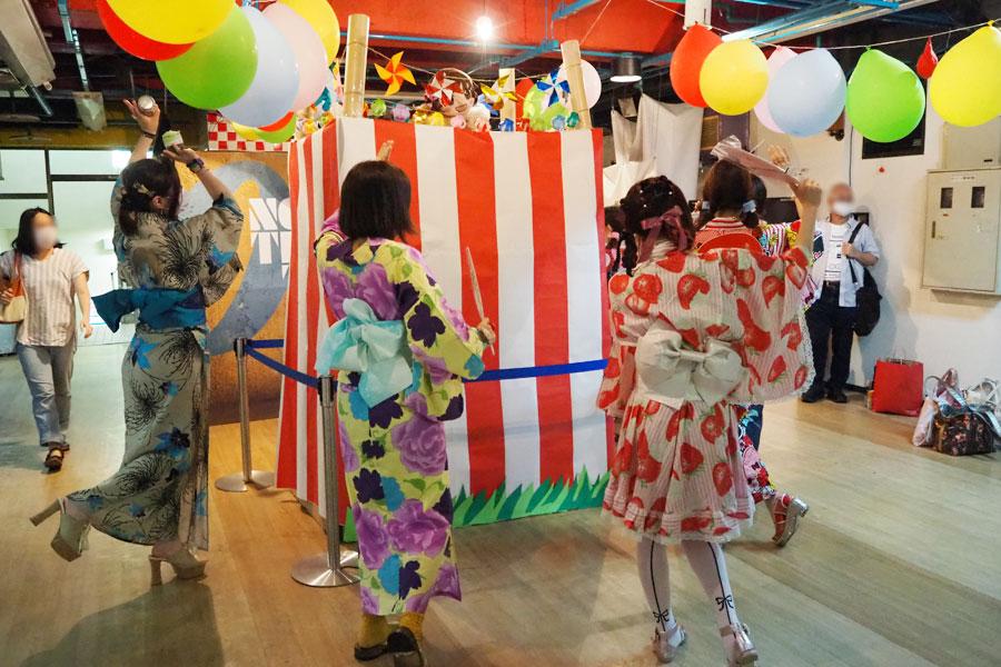 8月22・23日に開催された、花火大会の上映会では、地下の待合室に祭りやぐらが登場。観客らは、盆踊り風に楽しく記念撮影(撮影:8月22日)