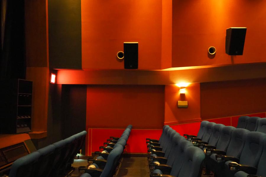 上映会の「シアター4」は、舞台上のウーハー(左端)やサラウンドスピーカーを完備
