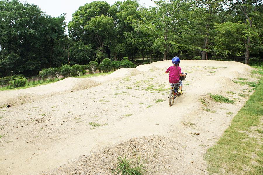 デコボコバイクパーク「パンプトラック」を楽しむ男児(7日・堺市)3〜10月は10時〜17時まで利用可能 ※雨天時、雨天後は閉鎖