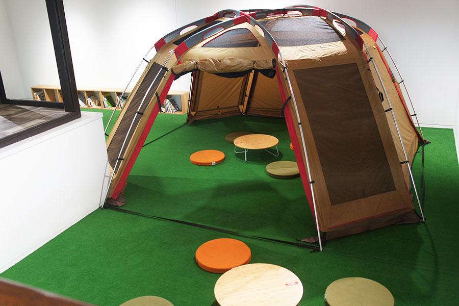 「THE OHASU PARK」には、絨毯が敷かれ、テントがあるキッズスペースも