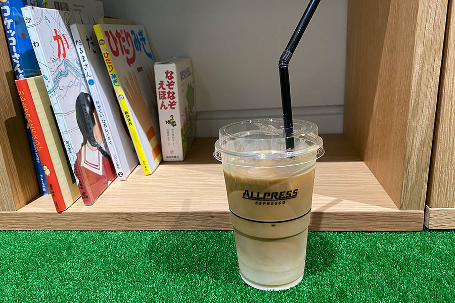 読書とともに楽しめるアイスカフェラテ400円