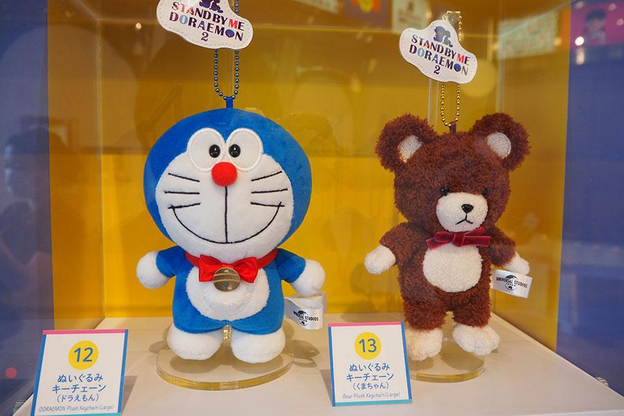 ぬいぐるみキーチェーン(左)ドラえもん1700円、のび太とおばあちゃんの大切な思い出、ぬいぐるみのくまちゃん(1600円)