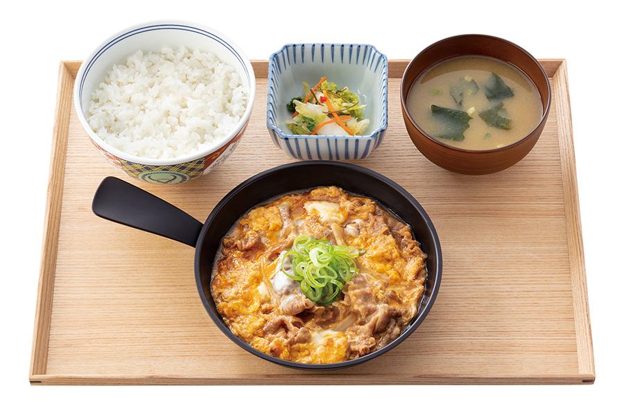 生卵なしの「牛とじ御膳」598円(税抜)も同時発売。※テイクアウト可能だが、漬物と味噌汁はついていないのでご注意