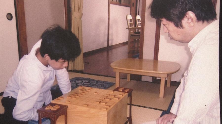 師匠の杉本昌隆八段に指導を受ける藤井聡太(C)NHK