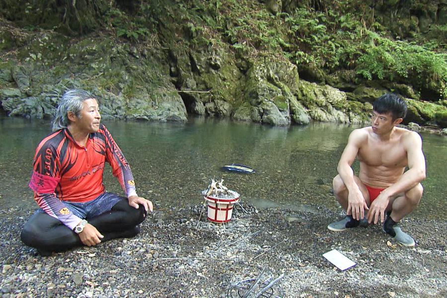 大自然のなか相席する庄司智春(C)ABCテレビ