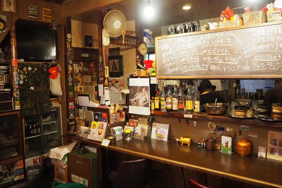 東心斎橋にある「ボタ」と、姉妹店の「アララギ」。そして、ボタとデッカオのあいがけカレーが楽しめる東京の「アッダ」でも販売