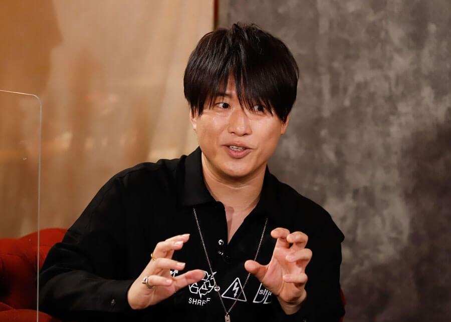 左からドラマ『DIVER』の主題歌を歌うコブクロの小渕健太郎 ©ktv