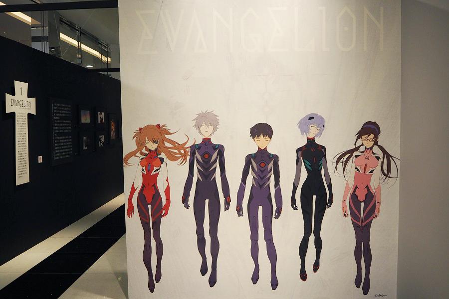 会場入口には、主人公・碇シンジらの『エヴァンゲリオン展』メインビジュアルが登場 (C)カラー