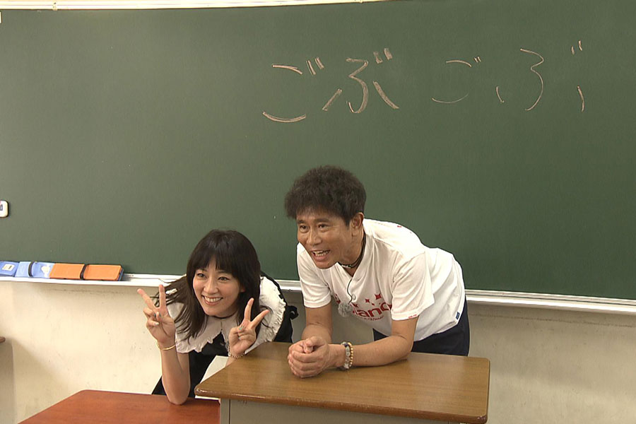 教室で記念撮影する浜田雅功と水川あさみ(写真提供:MBS)