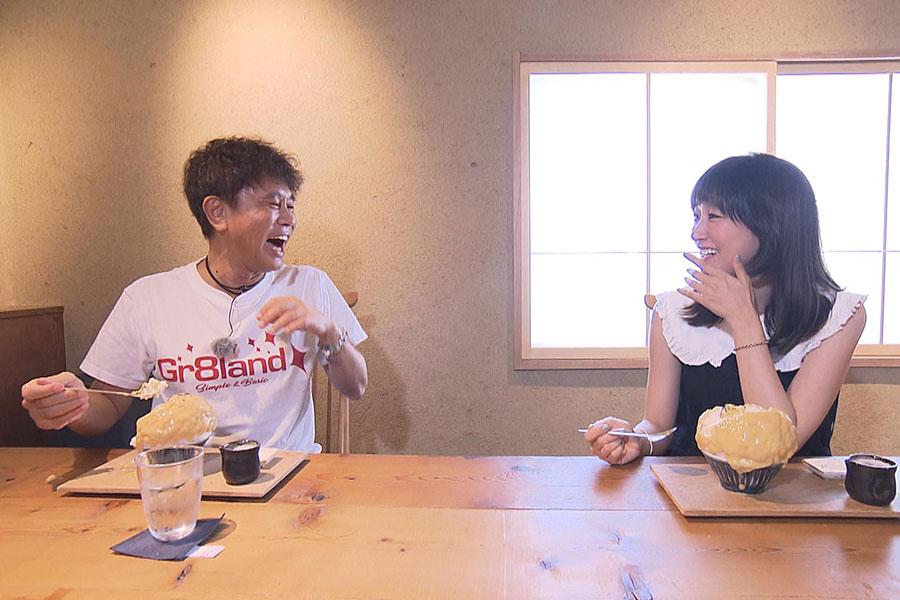 今「茨木市で1番熱い」といわれている人気のかき氷店へ訪れた浜田雅功と水川あさみ(写真提供:MBS)