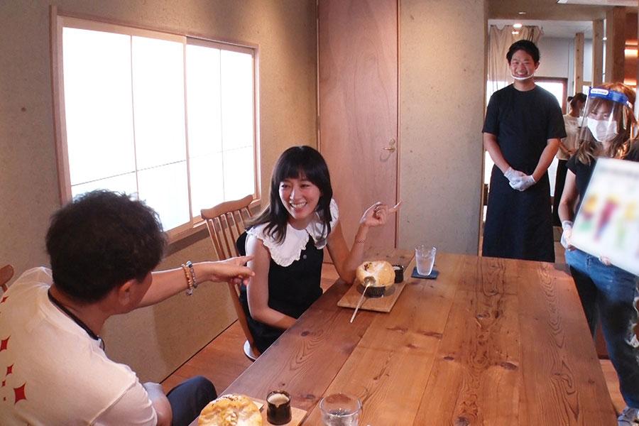 水川あさみの茨木愛を確かめる「茨木市クイズ」を出題(写真提供:MBS)