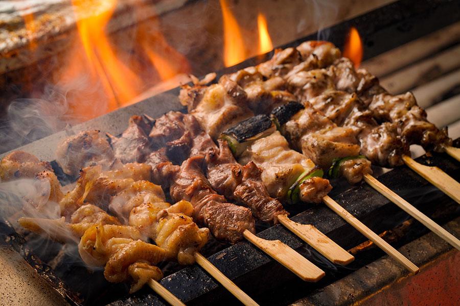 土佐備長炭で、大山地鶏や旬の野菜を焼き上げる「麹と炭火焼鳥 発酵おでん 一献三菜」