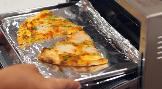 冷めたピザの温め方(1)霧吹きなどで水を少量吹きかけ表面を軽く湿らせる