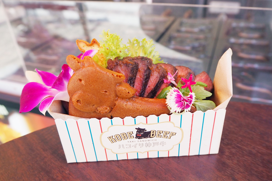 「神戸牛ステーキ」980円。牛の表情は3回ほど試作して、現在のニッコリした顔になったそう
