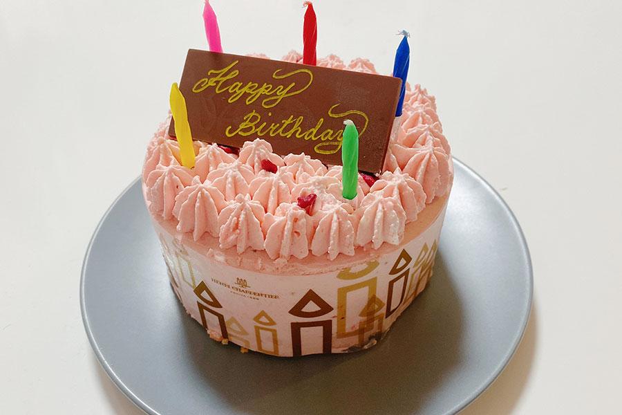 誕生日用には、チョコレートのプレートとろうそくが付く