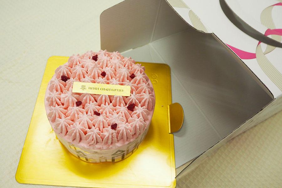 冷凍状態で届くケーキ(写真は「アンリ・シャルパンティエ」のフォレ・フレーズ(4860円)