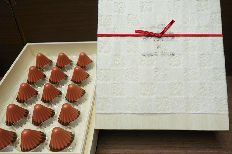 東京・大阪・名古屋で3店舗でバレンタインの時期しか販売されなかった、「meijiアポロ×CLUB HARIE  ボンボンショコラ アポロ」(15粒5000円税別)。連日即完売した