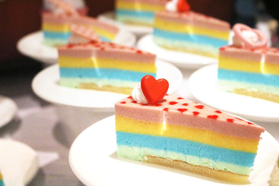 カラフルで写真映えすると人気の「お菓子の家のカラフルチーズケーキ」