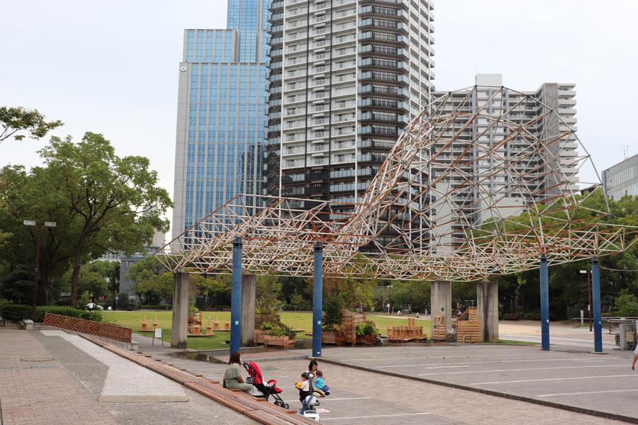 ずいぶん老朽化した立体トラスも撤去される(9月24日・東遊園地)