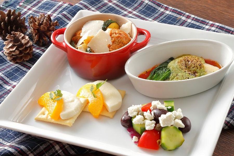 最初にファーストプレートで、ももモッツァレラ&クラッカー、抹茶オランデーズのフィッシュグラタン、ミートボールとカマンベールチーズのトマト煮