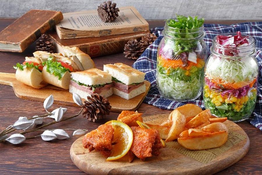 ローストビーフのフォカッチャサンド、サバのバゲットサンド、ビーフ豆乳カレー、ジャーサラダ、フライドポテトなどの軽食がそろう