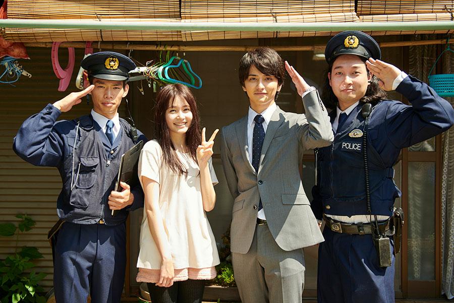 人気芸人・かが屋が コンビで警察官役としてゲスト出演(真ん中は久間田琳加、瀬戸利樹)(C)ABCテレビ
