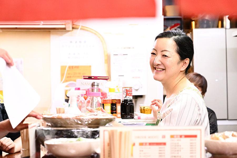 「立ち呑み りえ」料理はほぼ200円〜400円代。真由美ちゃんポテサラも280円だ。りえママの鈴木京香な微笑みも飲ませるなぁ
