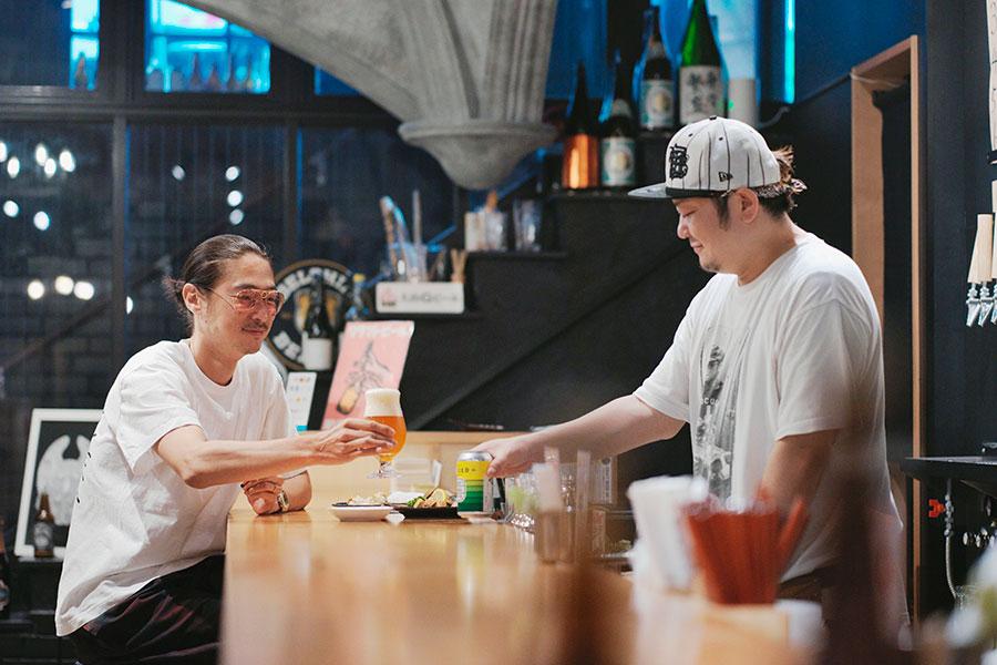「ヒビノビア」カウンター奥にはテーブル席も。古き佳き純喫茶跡をリノベした店内は、ドーム型の天井など、現在では再現不可能な意匠も