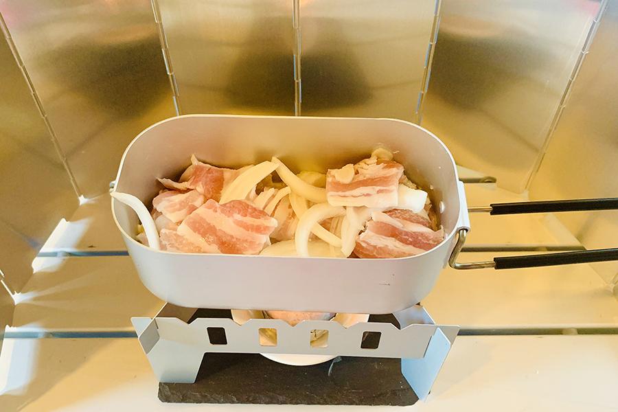1人前の目安としては、豚バラ肉100g、玉ねぎ1/4個。もやしやキャベツなどを加えてもおいしそう