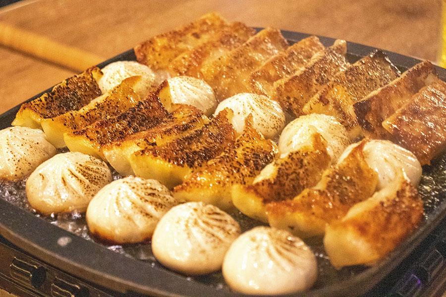 餃子のタレは、坦々肉味噌、中華黒酢醤油、からし醤油の3種が楽しめるという