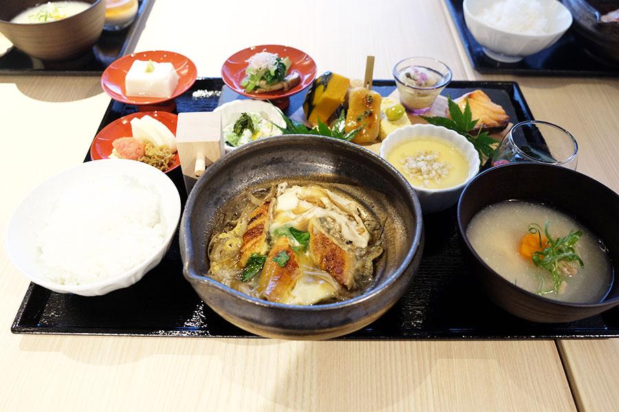 「僧伽小野(さんがおの) 京都浄教寺」での朝食の一例。写真は「鰻の卵とじ」がメインのプレート。ほかには、「僧伽ちらし寿司」「鰻のかぶら蒸し」「天ぷらと鯛茶づけ」がそろい、ご飯はおかわり自由。宿泊者以外の利用は2000円