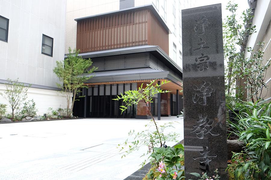 寺院の伝統に調和するモダンな外観