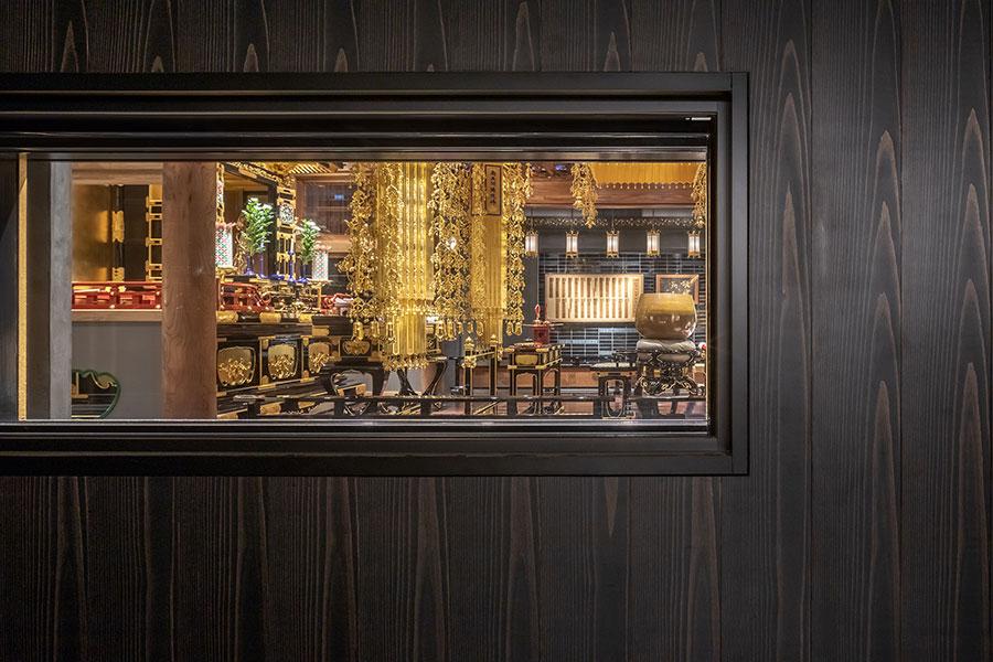 浄教寺は非公開だが、宿泊客はロビーの小窓から本堂の様子を垣間見ることができる