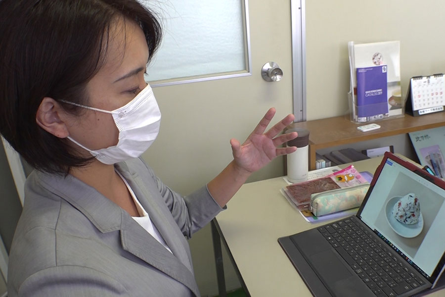商品のポップを自ら手作りする遠山昌子さん(写真提供:MBS)